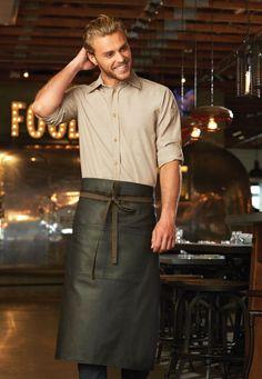 使用舒適耐用的100%純棉丹寧布,蠟面處理的特色質感,搭配吸睛裏布綁帶、綁帶用金屬色釦眼、套結加固、下襬收窄剪裁,以及雙前口袋等設計,《都會職人圍裙系列》完美展現職人系工作制服的專業與性格,兼具機能與時尚。共有兩款顏色選擇:深黑棕、深黑紫 。