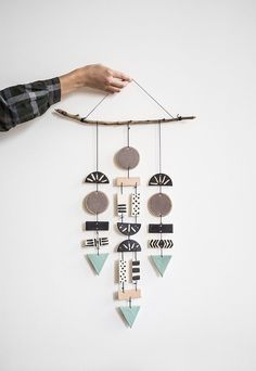 Decoração DIY em galho e formas geométricas.