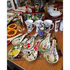 Mit der neuen Herbstdekoration präsentieren wir Euch die perfekte Geschenkidee:diese handbemalte Kochlöffelablage aus Italien! Ideal auch für kleine Partyhäppchen... #WisteriasRoom #potsdam #berlin #shoplocal #shop #british #light #living #accessory #roses #decoration #interiordesign #kringlecandle #organiccotton #instahome #fashion #towel #pillow #design #creative #shabbyhomes #vintagestyle
