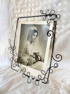 ...časy minulé, časy krásne... Rámik zhotovený z čierneho oceľového drôtu a sklenených korálok , slúži na zavesenie na stenu po šírke ( 2 fotka) Do rámika treba použiť fotku rozmero...