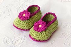 Selbstgestrickte Babyshuhe mit Blumen für Mädchen, zweifarbig grün und violett, Geschenke zur Geburt selber machen