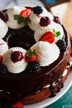Olás, tudo bem?  Desde que comprei minha fôrma para Chiffon Cake temos visto aqui em casa uma variedade enorme de bolos de buraco n...