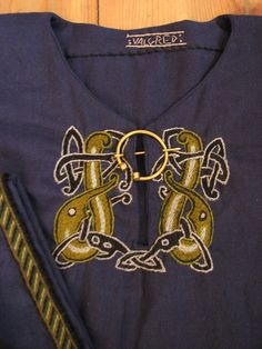 Viking stile embroidered tunic, by Valgred https://www.facebook.com/143670462365403/photos/ms.c.eJyzsLAwNTc2sDAxNTG0MDDQs4DwzcwtzE0NjU1hfBOIvAkA6PIJqA~-~-.bps.a.143682289030887.30523.143670462365403/888573084541800/?type=3