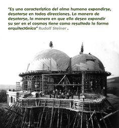 ... Es una característica de alma humana expandirse en todas direcciones. La manera de desatarse, la manera en que ella desea expandir su ser en el cosmos tiene como resultado la forma arquitectónica. Rudolf Steiner.