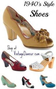 Os peep toes estavam na moda e as sandálias, muitas vezes, eram usadas com meias.