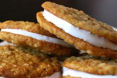 Un biscuit à l'avoine avec une garniture à la guimauve maison...