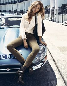 Two Beauties caught in One Frame - Gisele Bündchen posing on the hood of a Jaguar E-Type MkI. Gisele Bundchen, Jaguar E Type, Jaguar Cars, Gq, Girly Car, Ferrari Laferrari, Ducati Monster, Fashion News, Fashion Trends