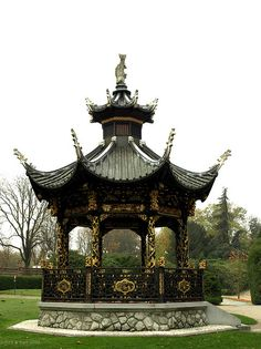 Chinese architecture can be seen all over the world. This is a Chinese style pavilion in Brussels. Chinese Buildings, Chinese Architecture, Architecture Office, Futuristic Architecture, Places Around The World, Around The Worlds, Luxembourg, Gazebo, Pavillion