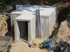 Root Cellar - The article gives step by step pictures of a root cellar being built. Interesting.