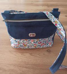 Sac Polka en suédine marine et coton fleuri cousu par Méli - Patron Sacôtin Diaper Bag, Bags, Fashion, Sewing, Floral, Handbags, Moda, Fashion Styles, Diaper Bags