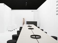 RelvãoKellermann a divisé le stand de Gumpo en différentes unités de salle - ici une situation de conférence.