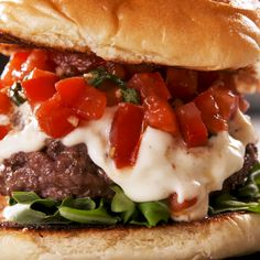 We must admit, we're a little obsessed with garlic. There are few foods in this world garlic won't improve, and burgers definitely aren't one of them. We drew inspiration from some of our favorite gar Grilled Burger Recipes, Best Burger Recipe, Gourmet Burgers, Beef Burgers, Beef Recipes, Cooking Recipes, Healthy Recipes, Garlic Burger Recipe, Fancy Burgers