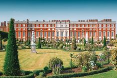 10 Beautiful Palaces In London You Have To Visit London Museums, London Places, London Dreams, Museum Of Childhood, Palace London, Victorian Buildings, Bethnal Green, Windsor Castle, Travel Planner