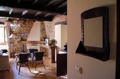 Un gran salón, muy luminoso, con chimenea en el apartamento de la Veiga. Piedra y vigueria de castaño.  #yerbo #calulon
