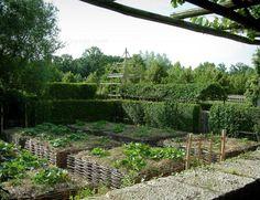 Jardins du prieuré Notre-Dame d'Orsan: Potager d'inspiration médiévale et arbres - France-Voyage.com