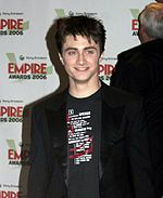 Harry Potter é uma série literária de aventuras fantásticas escrita pela britânica J. K. Rowling. É constituída por sete livros e, desde o lançamento do primeiro volume, Harry Potter e a Pedra Filosofal, em 1997, ganhou grande popularidade e sucesso comercial no mundo todo e deu origem a filmes, videojogos, entre outros itens.2