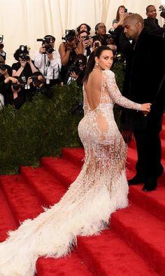 """#MetGala: Jennifer Loper, Kim Kardashian y Beyoncé, mujeres con curvas y voluptuosos traseros, escogieron un estilismo muy similares en los que reinaban las transparencias. Sí, sabemos que pueden llegar a ser de lo más """"hot"""" y """"sexy"""" pero ya nos conocemos quizá demasiado bien cada recoveco de su anatomía..."""