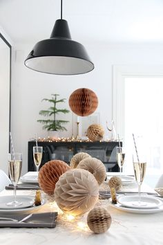 New Year's Eve decoration - light and fast table decoration for the hosts - Jasmine Home Noel Christmas, Christmas And New Year, Magical Christmas, Christmas Birthday, Christmas Lights, New Years Eve Decorations, Christmas Decorations, Paper Decorations, Honeycomb Decorations