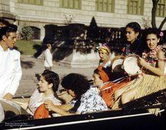 Aqui estão imagens que eu nunca tinha visto, fotografias coloridas do corso no carnaval do Rio de Janeiro na década de 30. Eu acredito que sejam desta época pelo lindo Ford 37 que se vê abaixo em e…