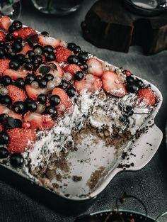 Nem no-bake sommerdessert med flødeboller og sommersøde bær ⋆ BY DIANAWI Pudding Desserts, Köstliche Desserts, Dessert Drinks, Delicious Desserts, Cake Recipes, Snack Recipes, Dessert Recipes, Cooking Recipes, Sweet Bread