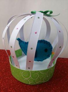 Pájaro de fieltro en su jaula
