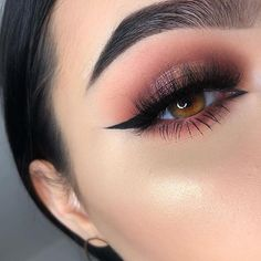 Stunning Simple Winged Eyeliner You Should to Copy Sometimes we want to have wings on our eyelids so that our eye makeup is perfect. Winged eyeliner is a classic look that we can use every day. Makeup Eye Looks, Eyeliner Looks, Cute Makeup, Gorgeous Makeup, Glam Makeup, Skin Makeup, Makeup Inspo, Eyeshadow Makeup, Makeup Inspiration