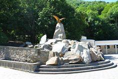 Скульптура орёл терзающий змею