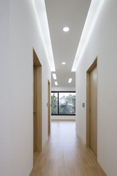 Image 21 of 23 from gallery of House in Gyopyeong-Ri / Studio Origin. Photograph by Studio Origin Gypsum Design, Gypsum Ceiling Design, House Ceiling Design, Ceiling Design Living Room, False Ceiling Living Room, Ceiling Light Design, Home Ceiling, House Design, Ceiling Plan