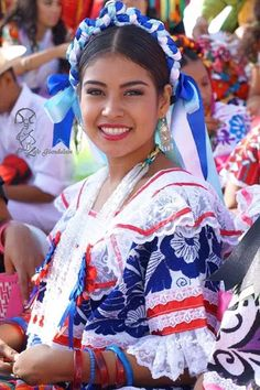 Hermosa y alegre danzante. Mexican Costume, Mexican Hat, Mexican Girls, Ballet Folklorico, Mexico Pictures, Crown For Women, Traditional Mexican Dress, Mexican Fashion, Mexico Culture