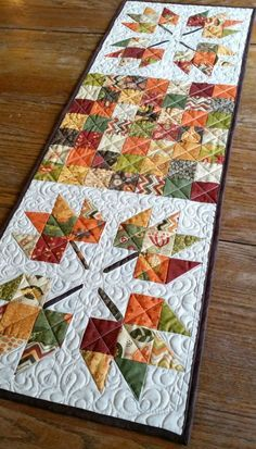 Maple Leaves and Patchwork Table Runner by MountainHomeQuilts on Etsy is sold out, but it would be an easy pattern to copy. Colchas Quilting, Quilting Projects, Quilting Designs, Quilting Ideas, Patchwork Table Runner, Table Runner And Placemats, Fall Table Runner, Christmas Table Runners, Quilted Table Runner Patterns