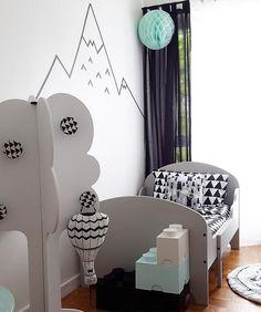 Notre montgolfière bat dans la superbe chambre décorée par @ledressingdemeschous ✨ merci Kamar pour ta fidélité et pour la jolie photo  #momaleshop #homedecor #decor #kidsroom #kidsdecor #home #homeinterior #interiorstyling #mint #blackandwhite #bedroom #instapics #instakids #kidsstuff