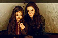 New BTS GIFs of Kristen & Mackenzie Foy in in Breaking Dawn Part 2