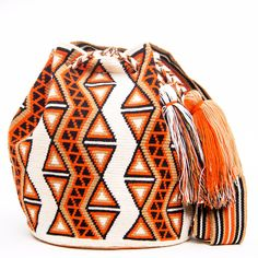 Handmade Hermosa Wayuu bags are rare art. Only small amounts are made because of the complexity and method to produce a single Hermosa Wayuu Bag. Tightly woven by one strand of thread, The process tak