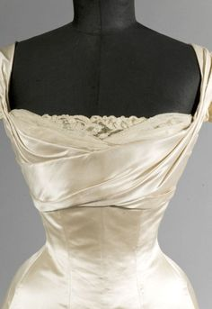 Another idea for Amy's ballgown. Worth ball gown ca. 1900 From Drouot Auctions via. - Fripperies and Fobs 1900s Fashion, Edwardian Fashion, Vintage Fashion, Gothic Fashion, Vintage Gowns, Mode Vintage, Vintage Outfits, Jeanne Lanvin, Corsage
