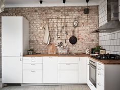 Do you want to make Kitchen Design with Exposed Brick Walls? Kitchen is a place which should remain comfortable, a fantastic mood in cooking to cook a delicious cuisine. You may try another style, Kitchen with Exposed Brick Walls might suit you. Exposed Brick Kitchen, Brick Wall Kitchen, Exposed Brick Walls, Cozy Kitchen, Kitchen Backsplash, Brown Kitchens, Inspired Homes, Kitchen Remodel, Kitchen Design