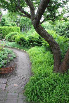 The garden of Ulla Molin in Höganäs, Sweden. - Lindas trädgårdsblogg A peaceful place to walk.