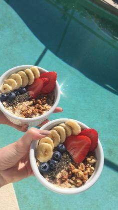 Oatmeal with Banana, Blueberries, Strawberries, Chia Seeds, Granola