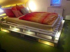 Lit en palette lumineux sur 2 niveaux  http://www.homelisty.com/lit-en-palette/