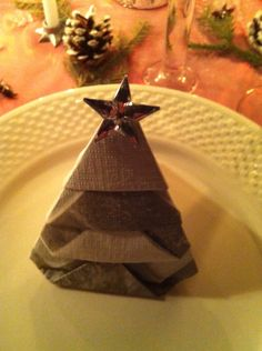 Serviettbretting Christmas Tree Napkin Fold, Christmas Napkins, Christmas Origami, Simple Christmas, Christmas Table Settings, Christmas Tablescapes, Christmas Table Decorations, Bunny Napkin Fold, Easy Napkin Folding