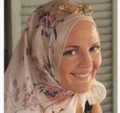 Drew Barrymore in Grey Gardens - When she was in her late the real Little Edie developed alopecia totalis which caused her body hair to fall out and prompted her to wear her signature headscarves. Grey Gardens Movie, Grey Gardens 2009, Gray Gardens, Edie Bouvier Beale, Edie Beale, Edith Bouvier, Premature Grey Hair, Early Grey, Hollywood Costume