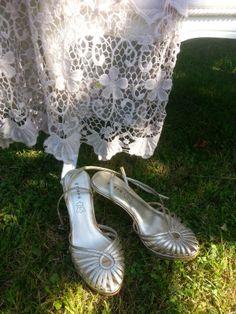Des chaussures dorées sous la dentelle
