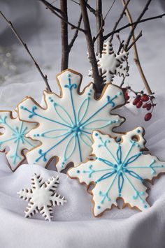 Beautifully decorated gingerbread cookies.....#snowflakes
