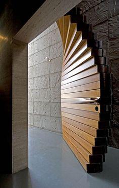 Наружная деревянная дверь из подвижных массивных блоков