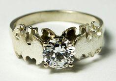 Hermoso anillo de compromiso al estilo Batman