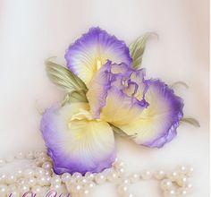 Iris en tissu Silk Flowers, Iris, Jewelry, Fabric, Irise, Jewlery, Bijoux, Irises, Schmuck