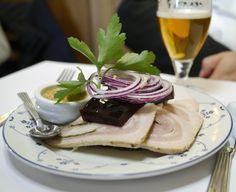 Schønnemann er kongen, når det kommer til klassisk smørrebrød i København. Læs anmeldelsen af stedet, der har serveret smørrebrød og brændevin siden 1877.From the blog Feinschmeckeren.