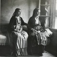 Γυναίκες με τοπικές ενδυμασίες της Νάουσας(1931)/ Women with traditional costumes from Naousa,Greece(1931) Φωτογραφος:Μαρία Χρουσάκη