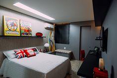 O quarto foi projetado para um rapaz praticante do surf. O ambiente claro com elementos coloridos como as pranchas de surf, trazem o clima de casa de praia para dentro de casa.