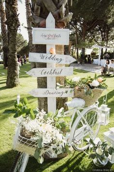 8 golden rules about floral decoration - Wedding Stage, Wedding Signs, Our Wedding, Dream Wedding, Outdoor Wedding Decorations, Stage Decorations, Bicycle Wedding, Deco Floral, Wedding Trends