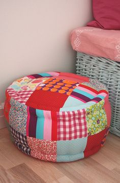 Patchwork poufffe Purdy NB - maybe something the cats would like! Fabric Crafts, Sewing Crafts, Sewing Projects, Scrap Fabric, Diy Ottoman, Floor Cushions, Custom Pillows, Diy Furniture, Quilting
